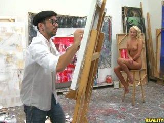 An artist ser til en modell til paint