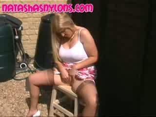 English sieva ar pārsteidzošās liels krūtis wearing tan zīds seamedstockings natures
