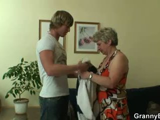 Szczęśliwy guy fucks lonely babcia
