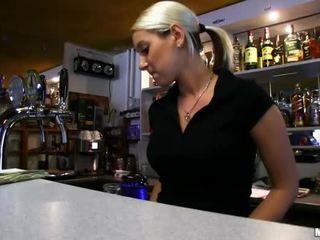 Barmaid lenka nailed ved den bar til kontanter