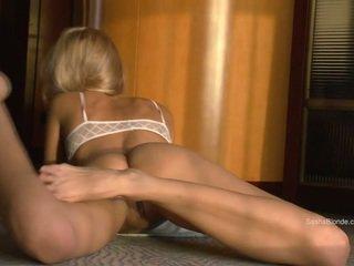 Sasha 金發 傳播 她的 腿