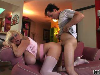 Shelly uses 她的 大 pantoons 到 擦 向下 youthful mans 硬 公鸡
