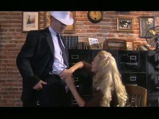 Khó chịu tóc vàng cassie trẻ receives xuống sự nịnh hót con gà trống trước slipping nó lên gash
