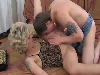 Rallig blond milf sucks und fucks jung guy