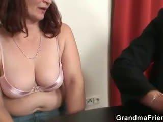 Ella loses en póquer y takes two dicks en una vez