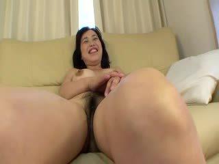 Asijské šlapka receiving několik clit stimulations s dildos