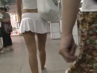 Šviesiaplaukis į seksualu outfit waving užpakaliukas po sijonu
