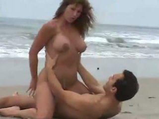 Rica morena tetuda, calenturienta যৌন en la playa