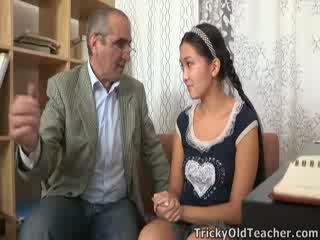 Tricky قديم perv معلم persuades الآسيوية cutie إلى مص له كوك