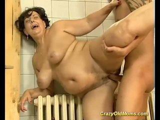 褐发女郎 巨乳 老 妈妈 性交