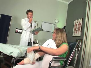 Disabled miúda começa para sentir toe a chupar
