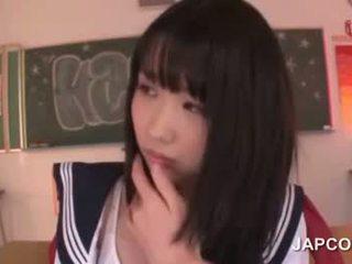 Delicate asiatiskapojke skola doll körd av henne läraren
