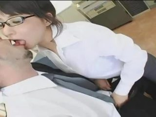 Japonais bureau dame sur knees getting creamed