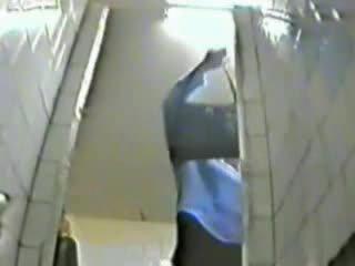 P0 voyeur escondido câmara a assistir meninas pee em russa universidade quarto de banho