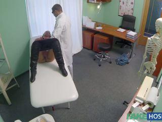 Doctor examinates su coño con un rabo.