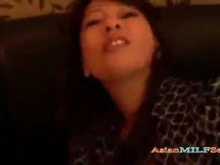 Dewasa asia milf giving sebuah pov mengisap penis