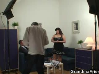Velika titted kurba takes two cocks po photosession