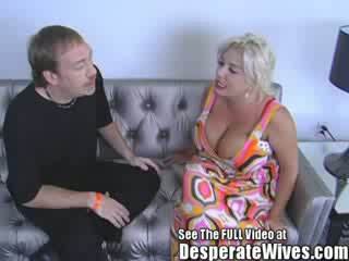 Zorra esposa claudia marie gets follada por sucio d y swallows su caliente load de spunk