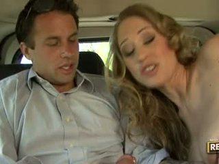 Panas blondie abby rode deliciously pleasures beliau mulut dengan yang zakar/batang plugged pada ia