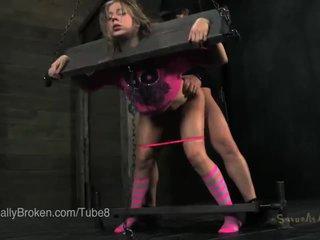 Sīka auguma blondīne uz stocks un blindfold, nepieredzējošas dzimumloceklis