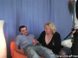בלונדינית סבתא gets slammed על ידי two dicks