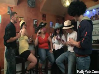 3 bbw undress varten lads at the bar