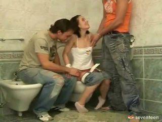 Kolme jotkut sisäpuolella the washroom