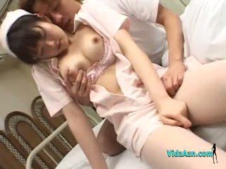 Asain sairaanhoitaja getting hänen tiainen rubbed pillua fingered mukaan a potilas päällä the sänky sisään the sairaalan