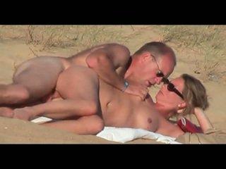 Moshë e pjekur lover në the plazh