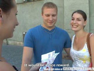 Tjeckiska couples ung par takes pengar för offentlig fyrkant