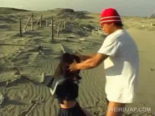 Asiatisch schule cutie gezwungen bis geben blowjob im pov bei die strand