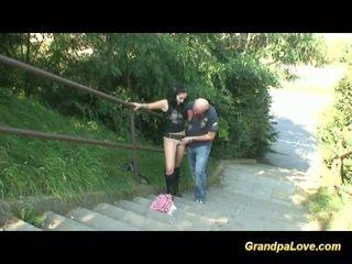 Abuelo follando agradable morena