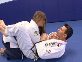 Kvinne gets noen extra karate lessons ved hjem med henne trainerã¢â€â™s pikk