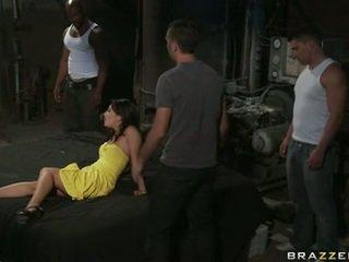 Asa akira blowing um difícil coisa de equipe de hooters boyz