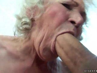 Bystiga grannyen gets henne hårig fittor körd