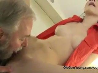 Arrapato ceco giovanissima ragazza was waiting per boyfriend quando suo vecchio zio came e scopata suo