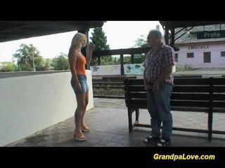 Prsnaté blondýna fucked najbližšie the railway