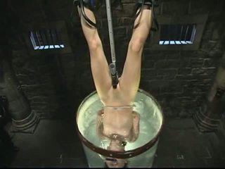 Megkötözés és víz kínzás