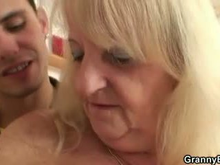 Hän screws blondi mummo sisään musta sukkahousut