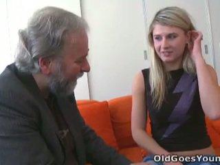 Изневяра vika fucks по-стари guy