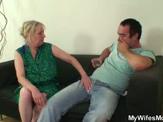 Polla hambriento mother-in-law seduces él