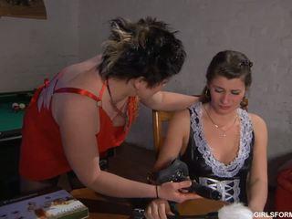 Paffuto lesbica momma e giovane giovanissima using strapon