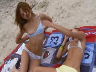 Lezzies dengan dubur mainan pada awam pantai