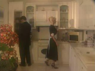 Anita berambut pirang kacau di itu kichen video