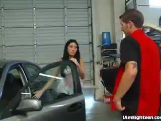 Slutty في سن المراهقة سخيف لها mechanic