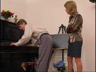 舊的 鋼琴 老師 dominates 她的 學生