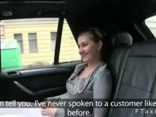 Krūtainas skaistule fucked un fingered par aizmugurējais sēdeklis uz fake taxi