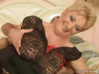 Babička v síťované punčochy enjoys horký pohlaví