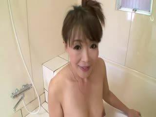 Warga asia matang dalam mandi sucks pada zakar/batang sebelum stimulating dirinya