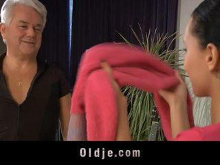 Jauns meitenes dances netīras ar oldman